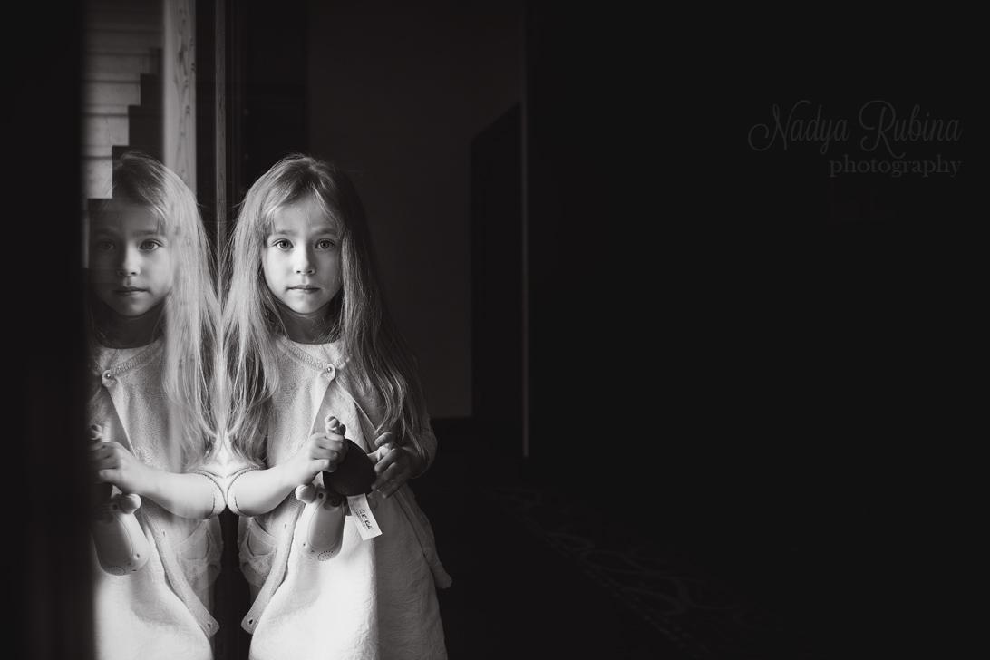 Чёрно-белый портрет маленькой девочки. Семейный фотограф Надя Рубина.