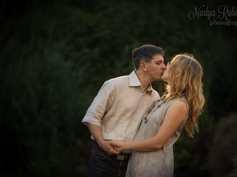 Пара целуется. Муж и жена на природе. Портрет в честь юбилея свадьбы.