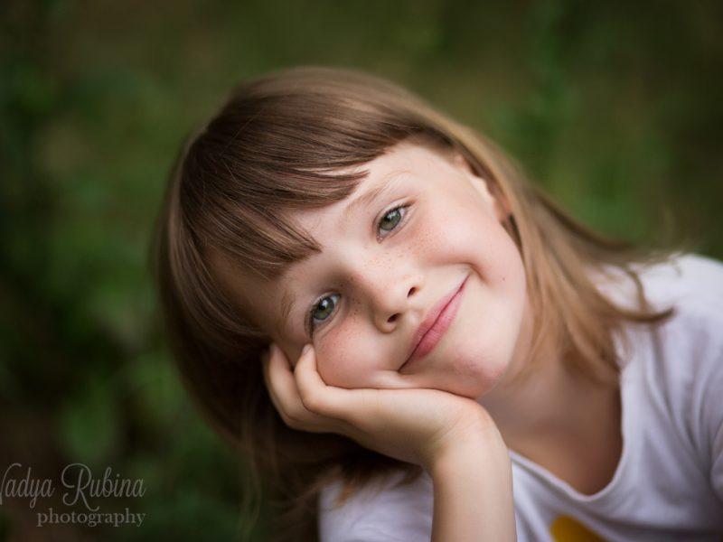 Портрет зеленоглазой девочки на природе.